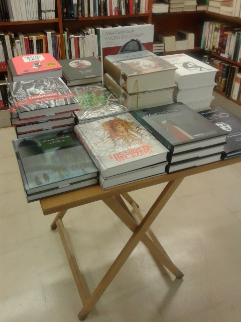 Mesa de novedades en libros ilustrados